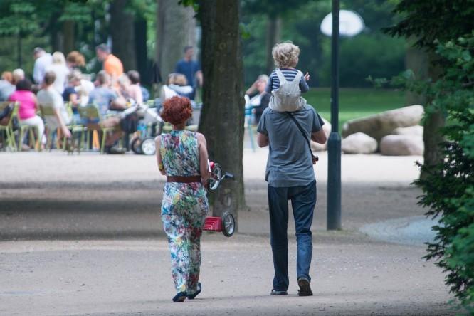 para z dzieckiem na spacerze w parku