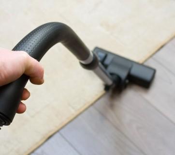 Odkurzanie dywanu i drewnianej podłogi