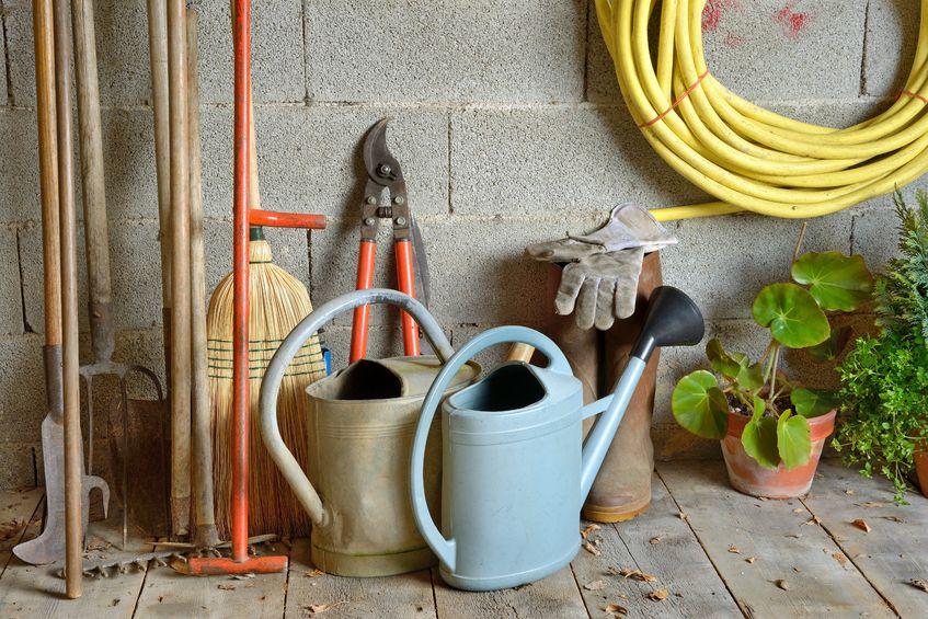 Konewki, grabie i inne narzędzia ogrodowe