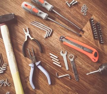 Narzędzia budowlane na stole