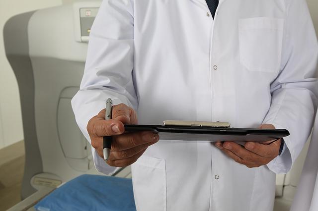 lekarz z długopisem