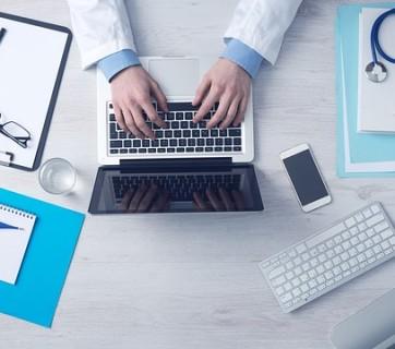 lekarz pracuje na laptopie