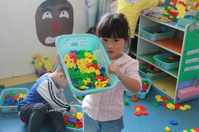 Dziewczynka bawi się z dziećmi klockami