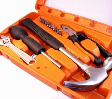 Zestaw narzędzi ręcznych dla złotej rączki w pomarańczowym etui
