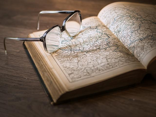 okulary na otwartej książce