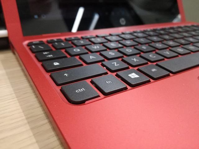 Czerwony ultrabook