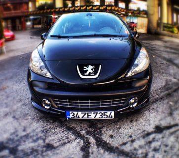 Samochód marki Peugeot czarny