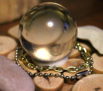 szklana kula na środku kamieni