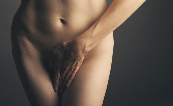 Kobieta zakrywa brzuch