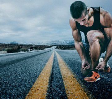 biegacz na drodze