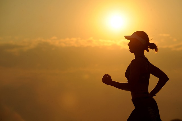 biegaczka na tle słońca