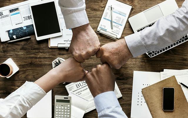 Ręce na biurkiem