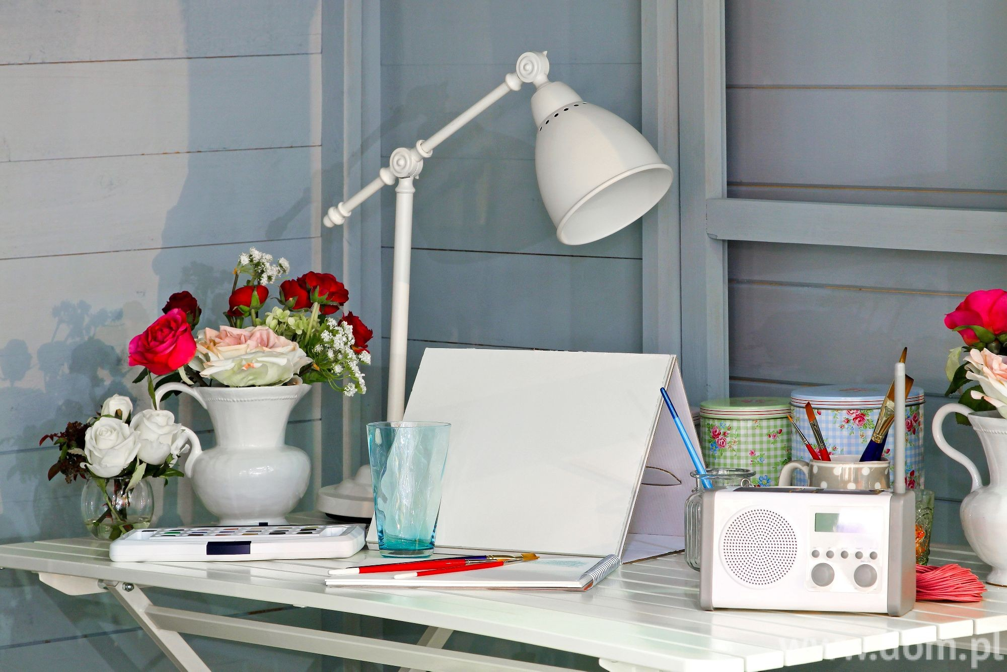 Lampka biurowa, notatnik i akcesoria biurowe