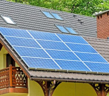 Panele słoneczne na budynku