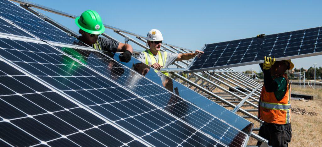 Robotnicy montują panele słoneczne