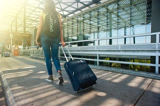 Podrż z walizką