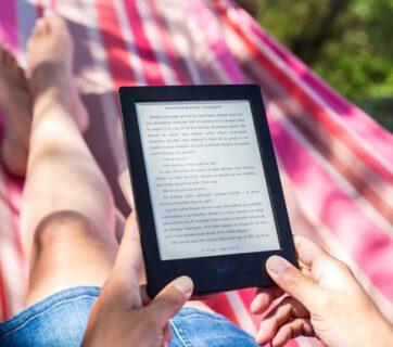 Osoba czytająca ebook na czytniku
