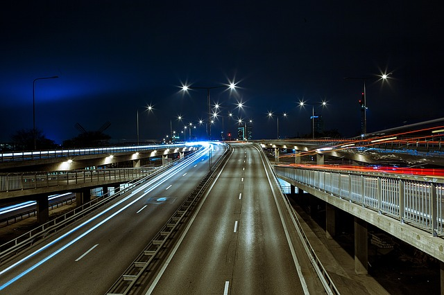 oświetlenie uliczne na autostradzie